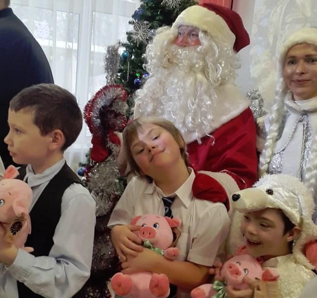 Второклассников начальной школы поздравил Дед Мороз