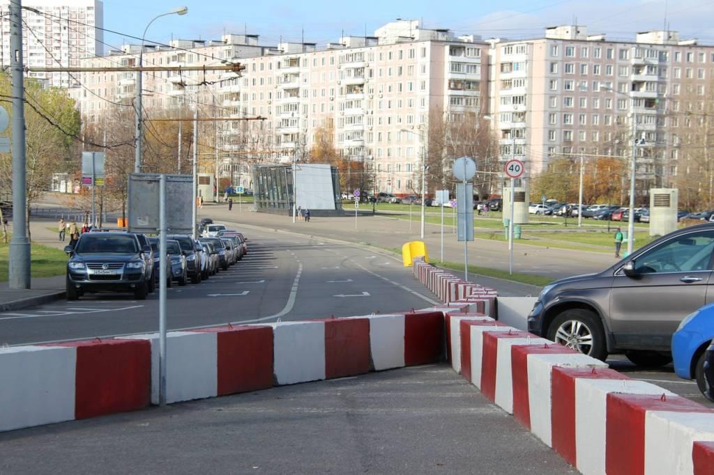 На Новоясеневском проспекте установили бетонные перекрытия